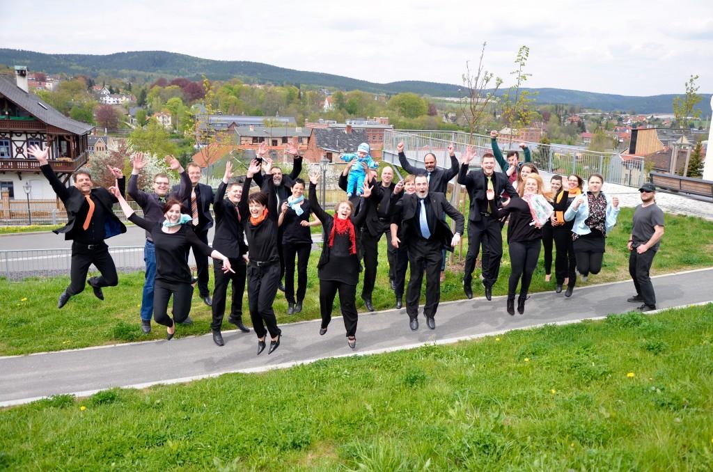 """Das komplette Ensemble """"Neue Töne"""" aus Pößneck im Mai 2015 – immer auch für einen Spaß zu haben."""